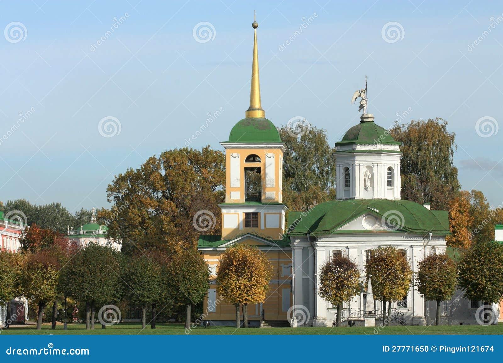 Patrimoine de Kuskovo. Vue d église avec la tour de cloche