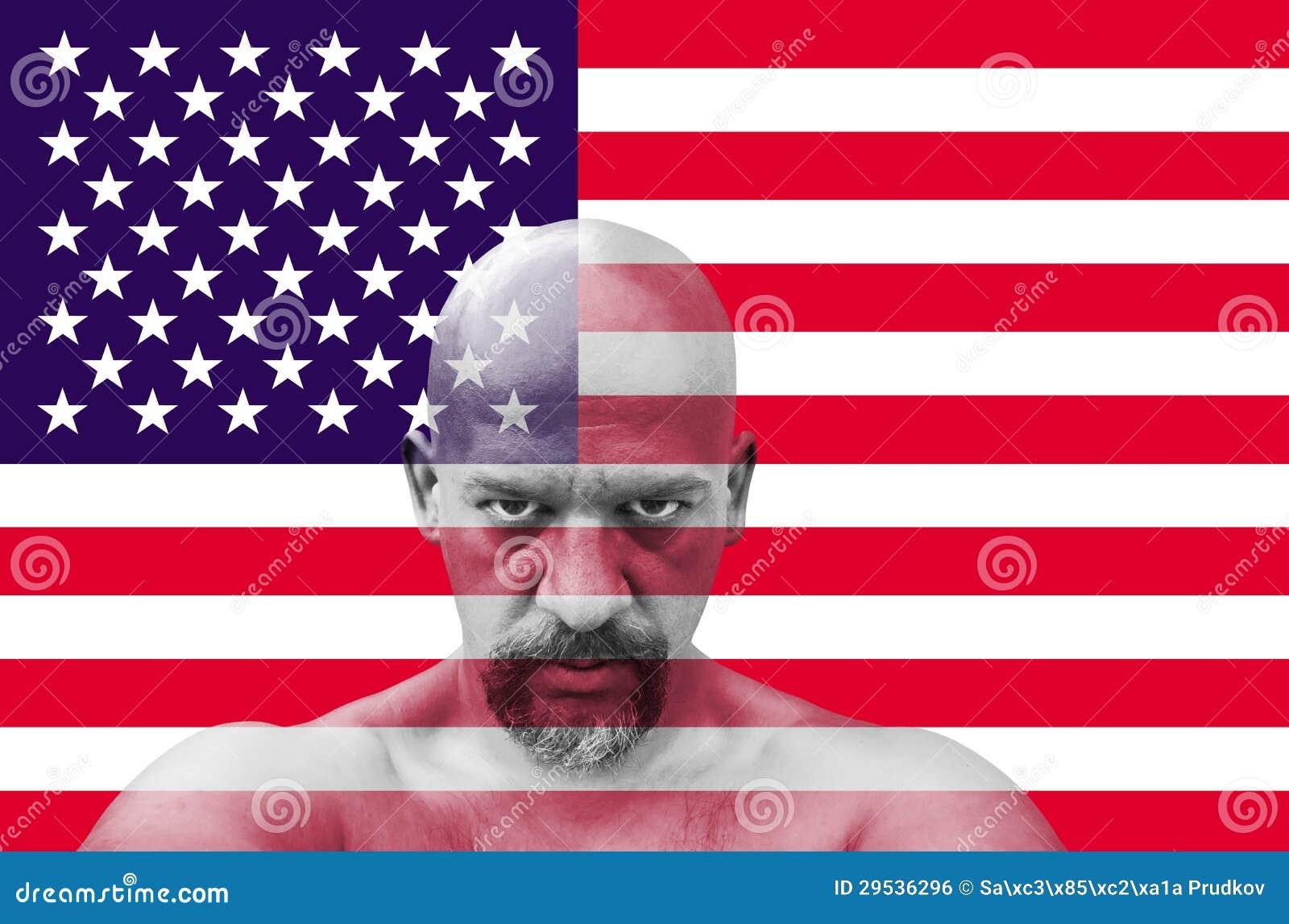Patriota americano que olha o com a bandeira dos EUA no fundo