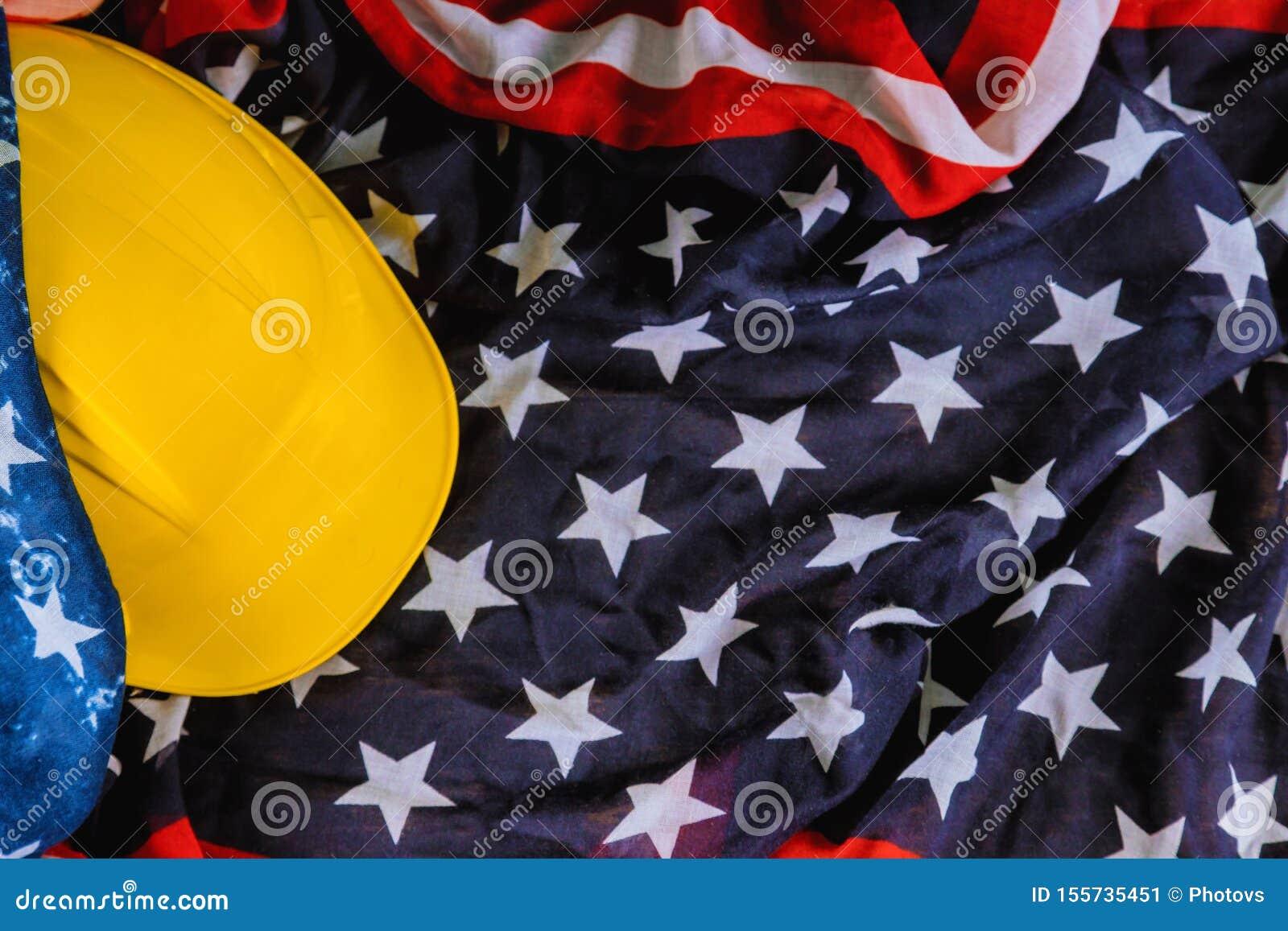 Patriotisk USA för lycklig amerikan för arbets- dag flagga och gul hjälm