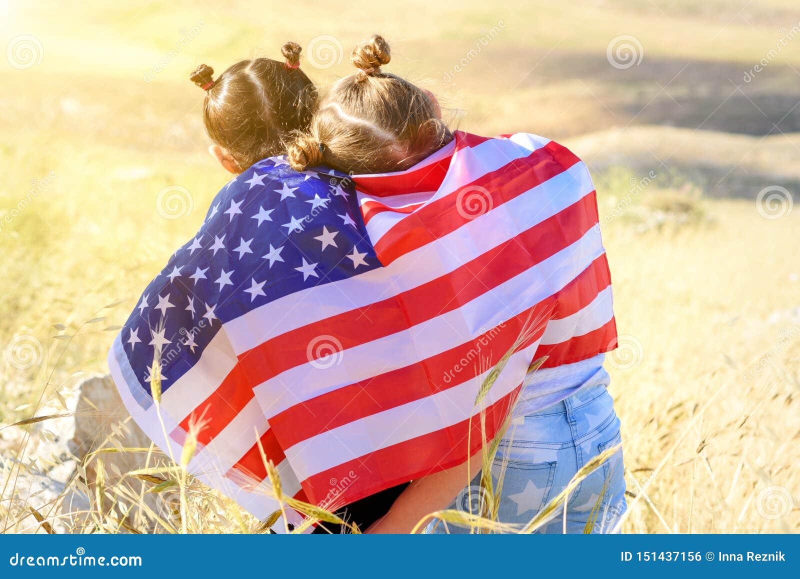 Patriotyczny wakacje Szczęśliwi dzieciaki, śliczne małe dziecko dziewczyny z flagą amerykańską USA ?wi?tuje 4th Lipiec