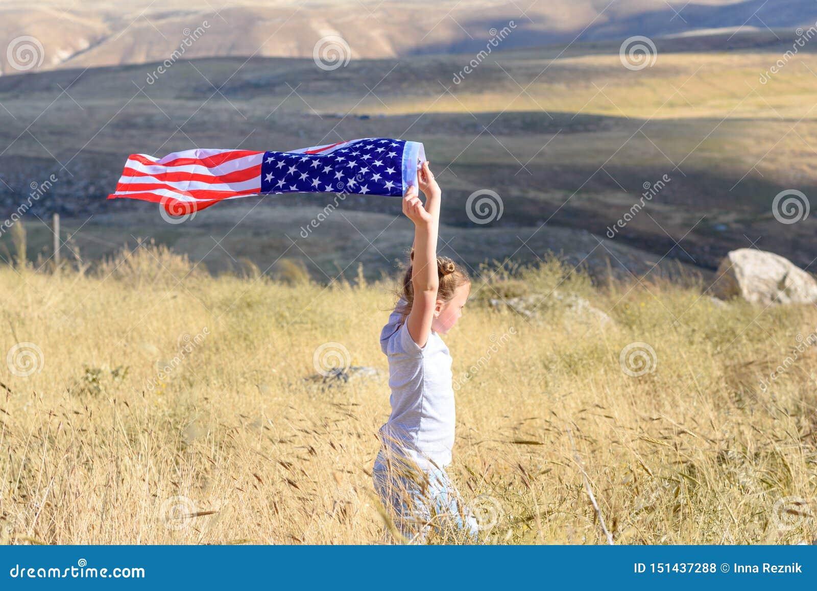 Patriotyczny wakacje Szcz??liwy dzieciak, ?liczna ma?e dziecko dziewczyna z flaga ameryka?sk? Obywatel 4 Lipiec billboardu dzie?