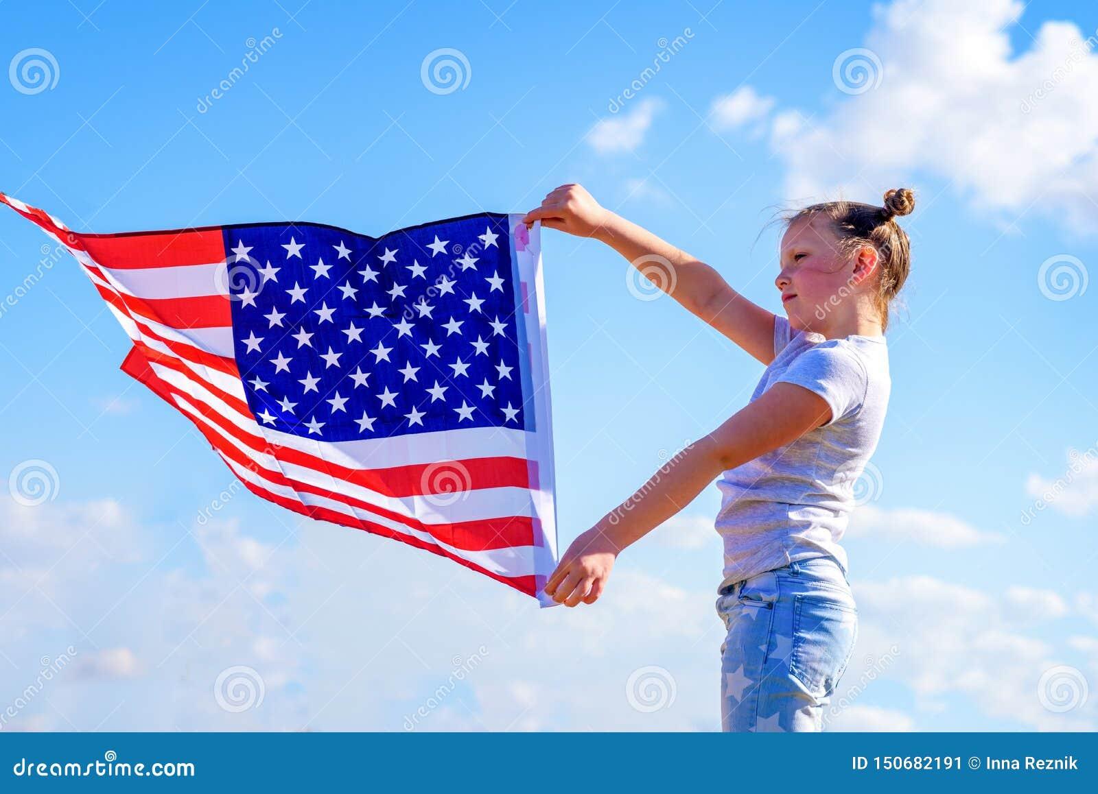 Patriotyczny wakacje Szcz??liwy dzieciak, ?liczna ma?e dziecko dziewczyna z flaga ameryka?sk? USA ?wi?tuje 4th Lipiec