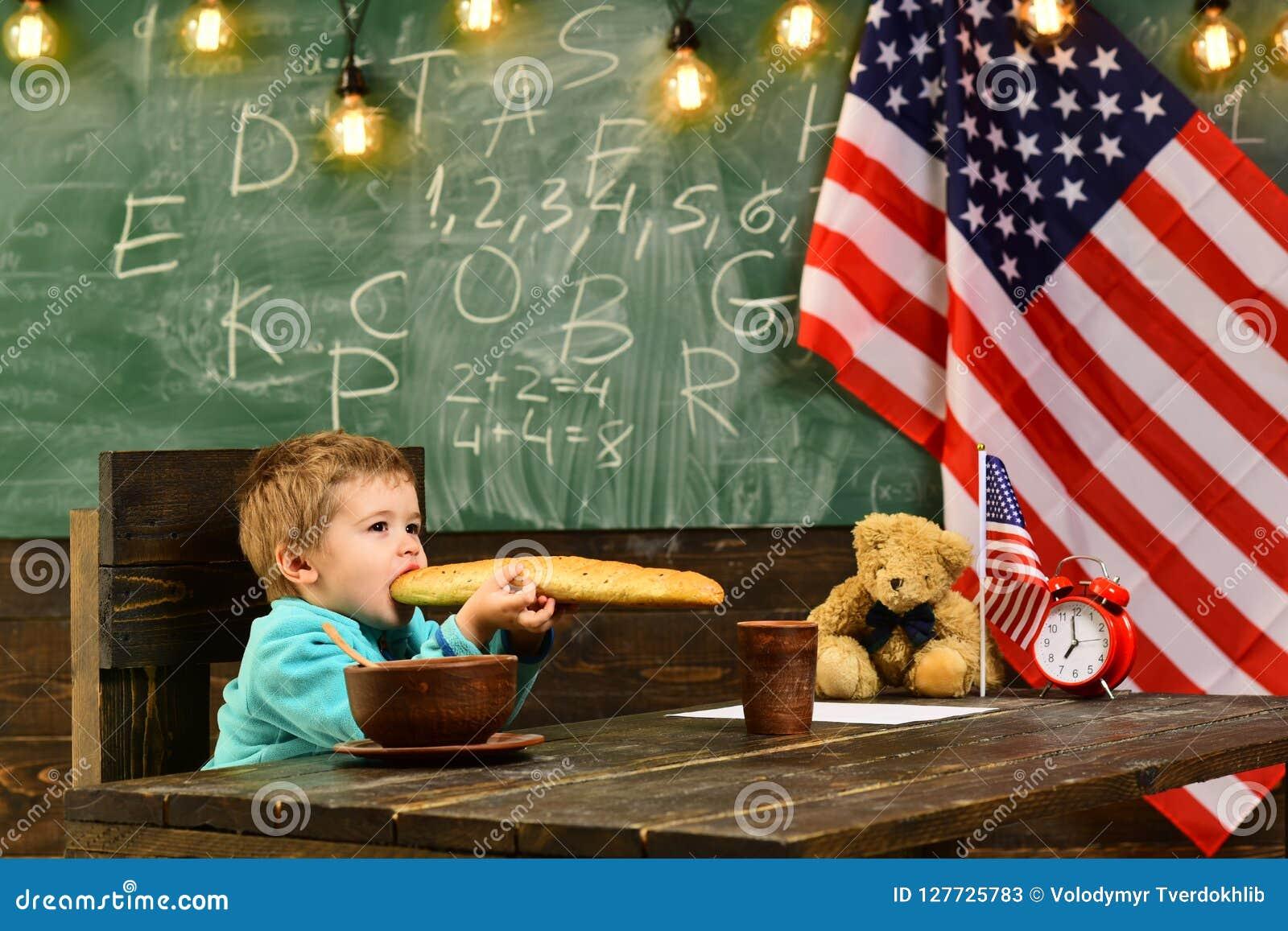 Patriotyzm i wolność patritism małe dziecko przy szkołą z usa zaznacza na dnia niepodległości wakacje
