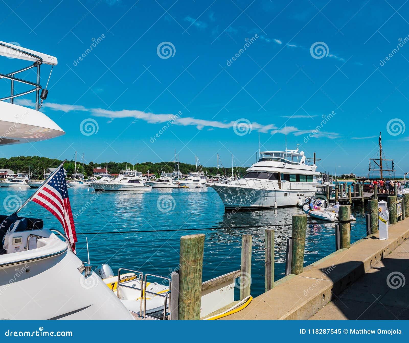 Patriotyzm z chorągwianym lataniem na łodzi przy przylądkiem w Martha ` s winnicy MA