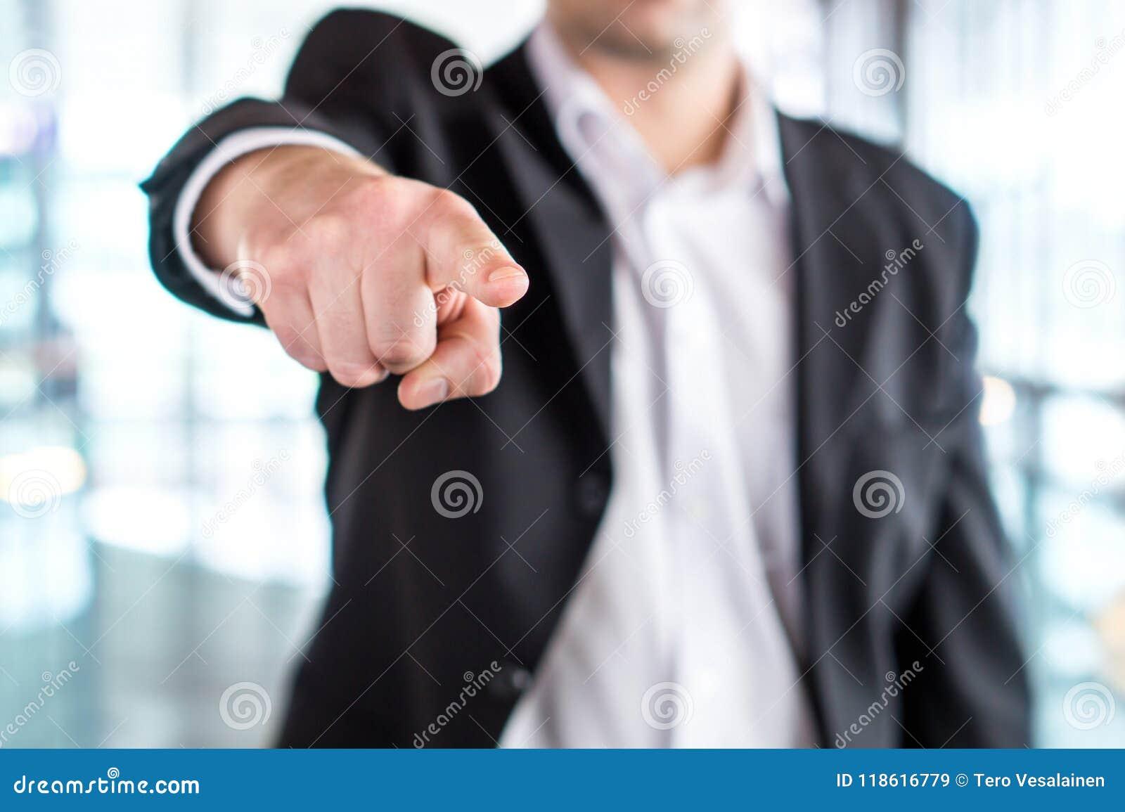 Patron donnant l ordre ou mettant le feu à l employé Homme puissant d affaires
