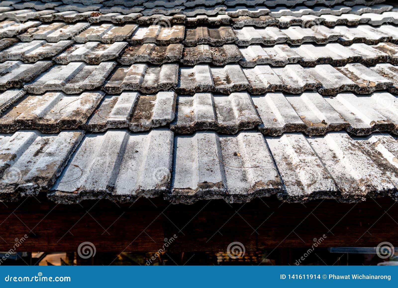 Patroon van het oude dak van de kleitegel van een huis met ouderwets ontwerp