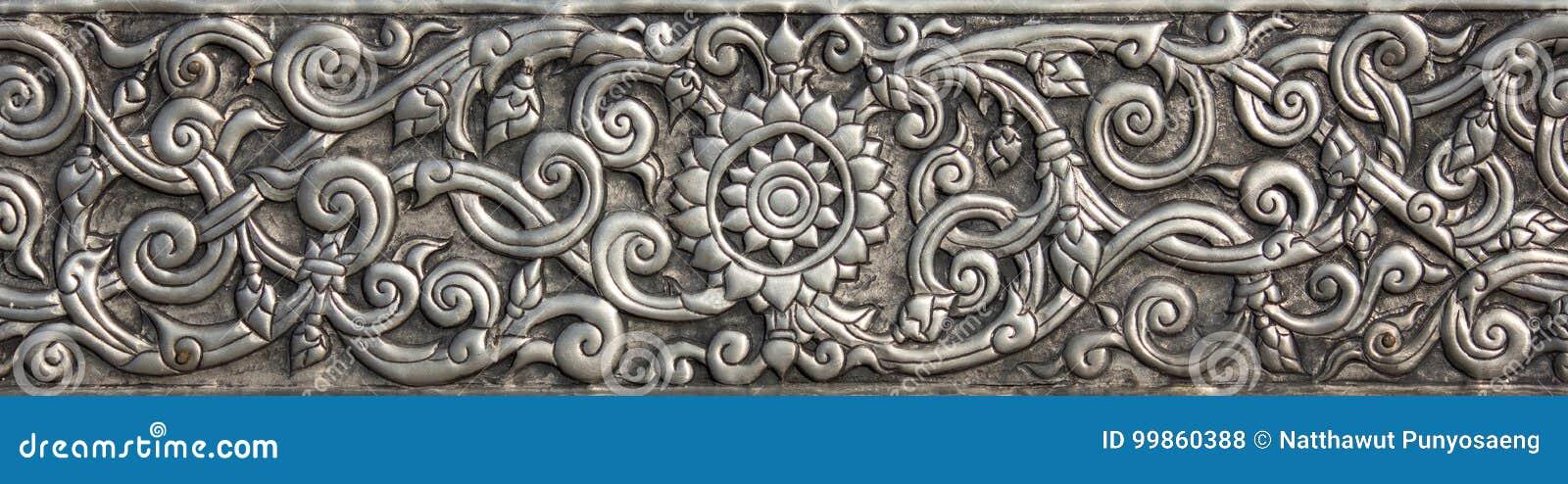 Patroon van zilveren metaalplaat met bloem gesneden achtergrond