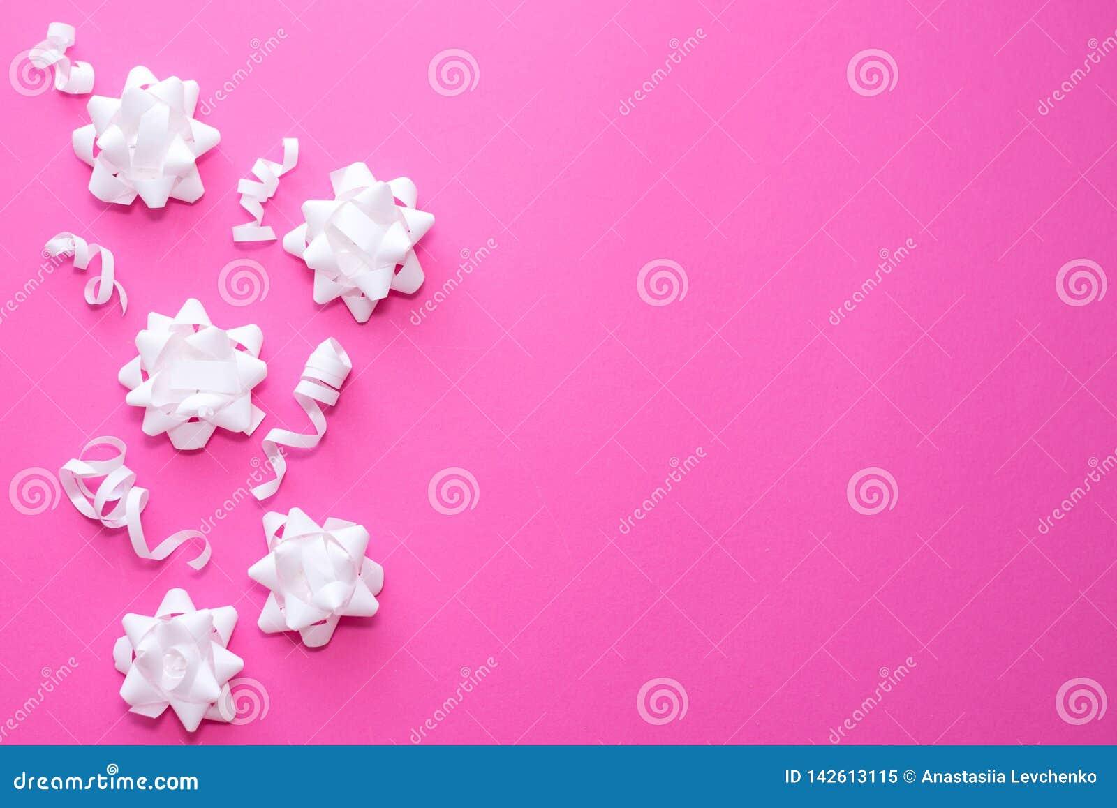 Patroon witte bloemen op pastelkleur roze achtergrond Vlak leg, hoogste mening Het concept van de viering