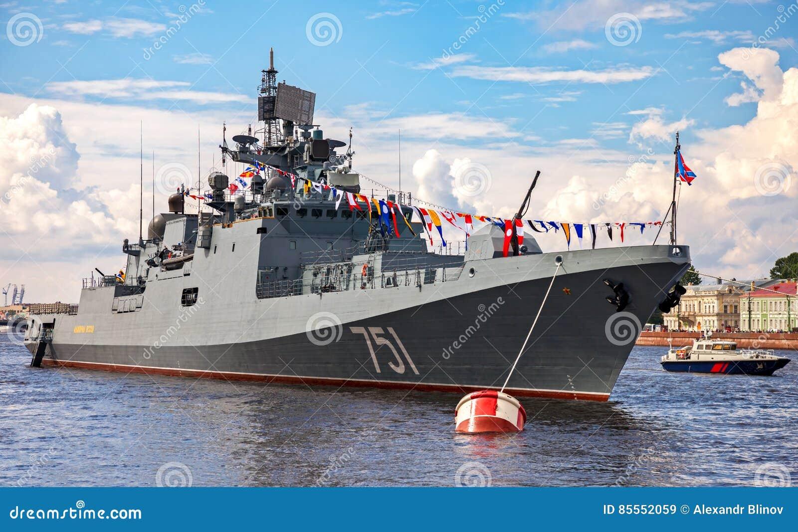 Patrouillenschiff auf dem Neva-Fluss für Marinetagesfeier