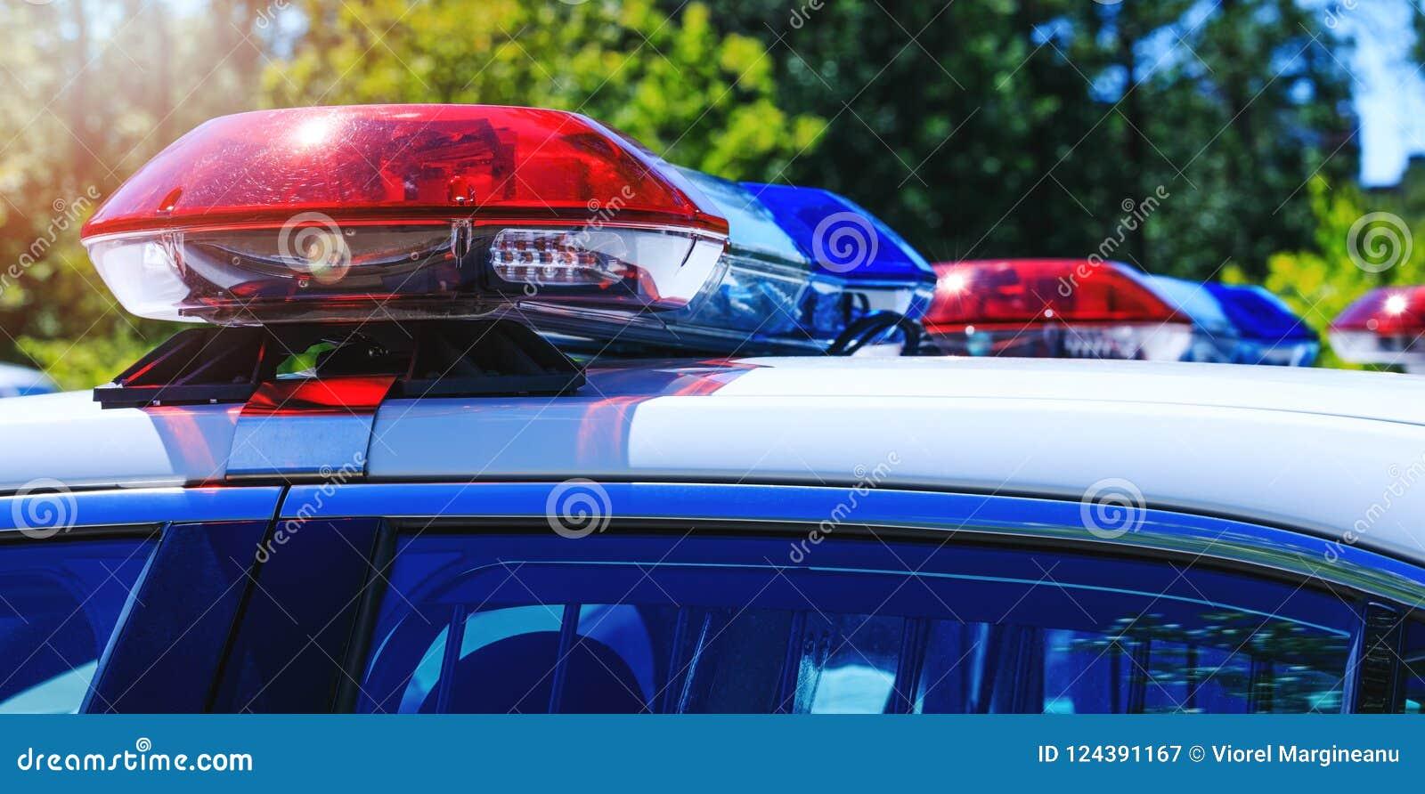 Patrouillepolitiewagen met de mooie lichten van noodsituatiesirenes Canadi