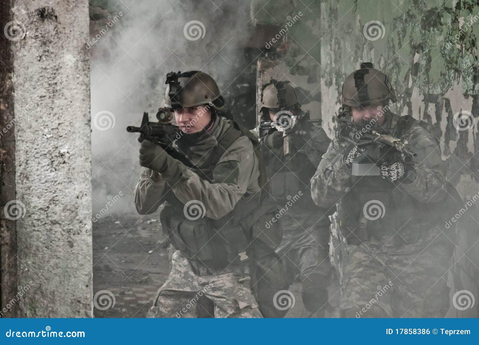 Patrullrök tjäna som soldat barn