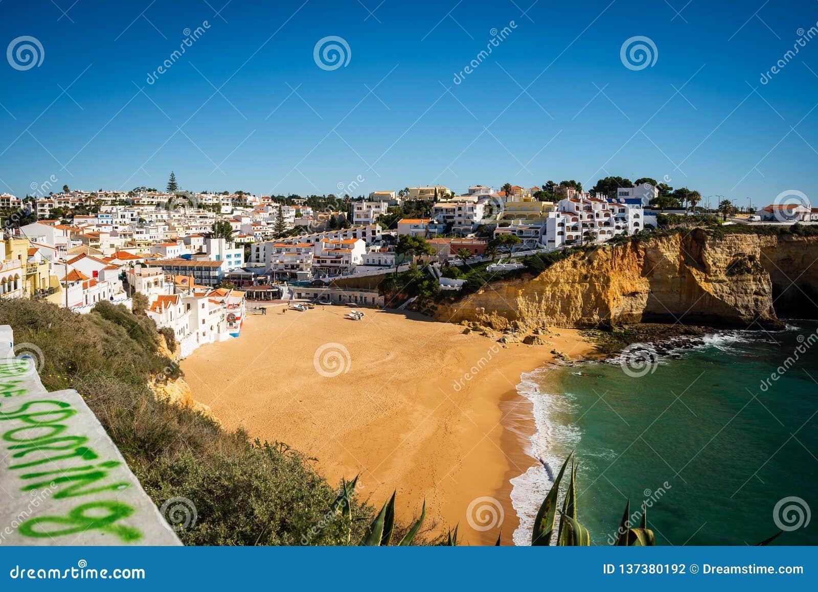 Patrzeć Carvoeiro plażę w Portugalia