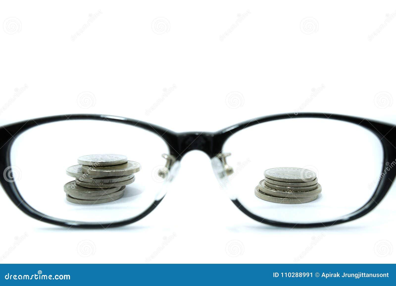 Patrzeć everything pieniądze Pojęcie cel zamożny monety i szkła odizolowywający na białym tle
