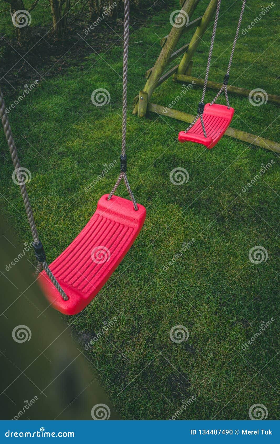 Patrzeć w dół na czerwieni porzucał huśtawkę w ogródzie