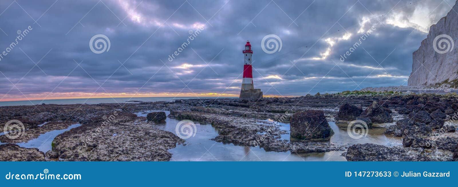Patrzejący do Beachy głowy światła falezy i - zaszyta panorama brać spod spodu lekkiego domu przy Beachy głową, East Sussex, UK