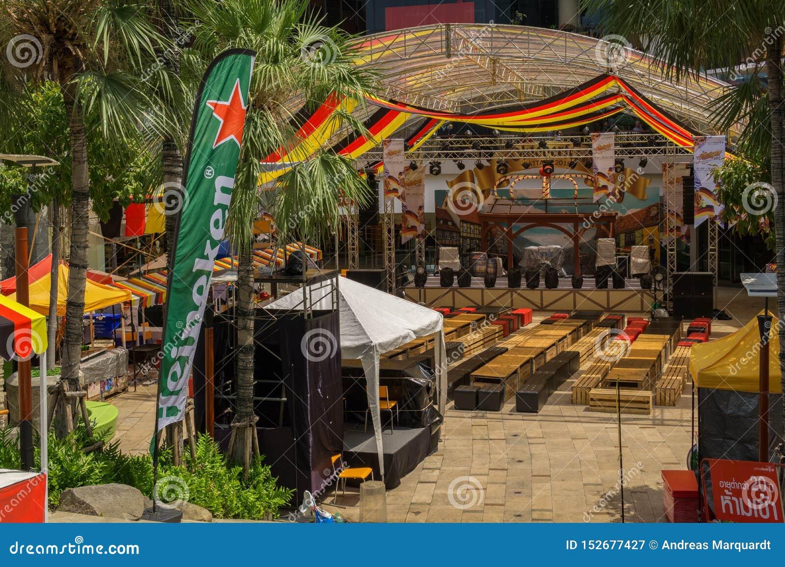 PATTAYA, THAILAND - OKTOBER 12,2018: Het centrale Festival dichtbij beachroad en op het openluchtgebied van de wandelgalerij was