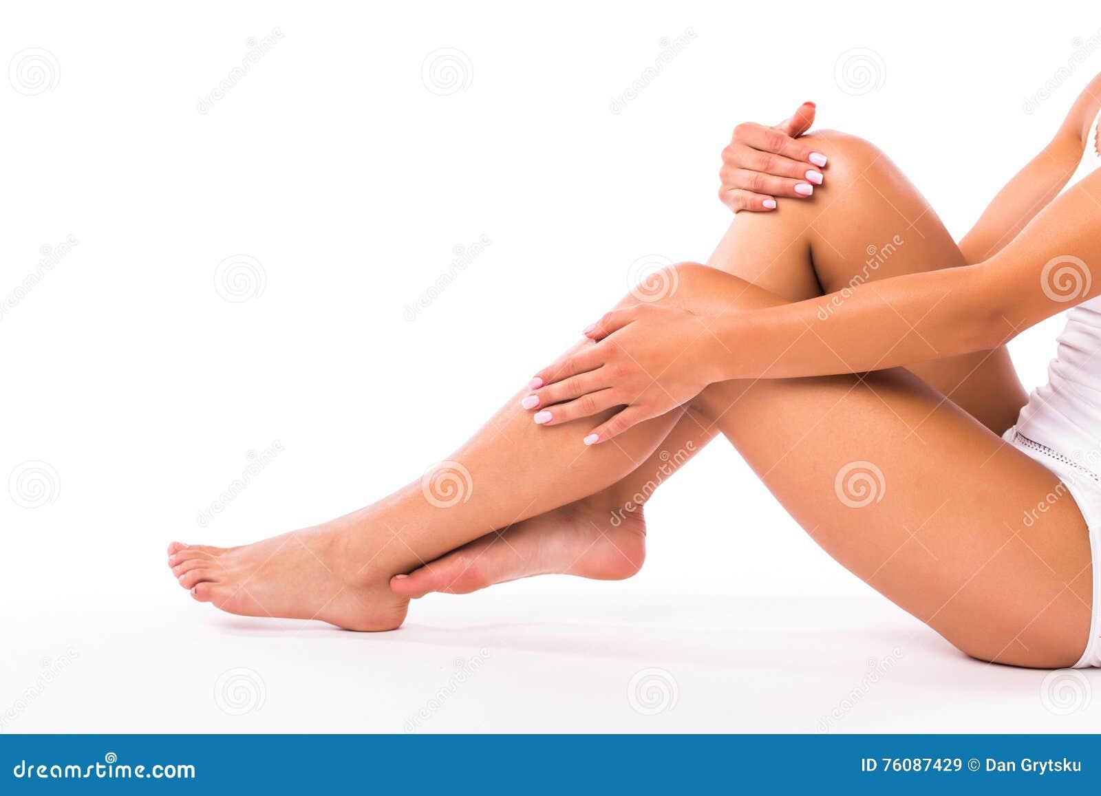 Pattes et mains de femme