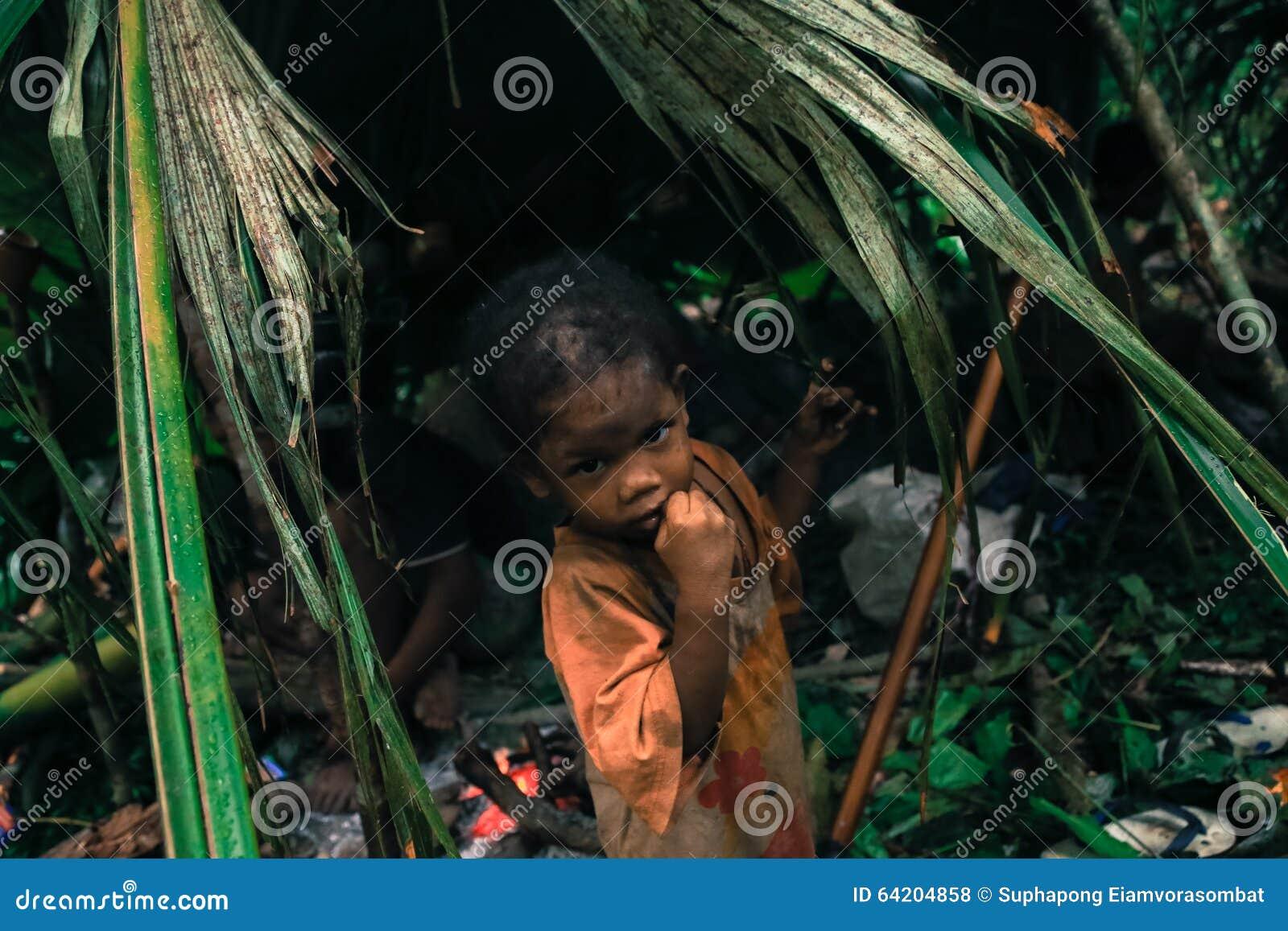 PATTHALUNG, TAILANDIA - 13 DE DICIEMBRE DE 2015: El Negrito de Tailandia Son una tribu del saa-gai que viven pacífico en el denso