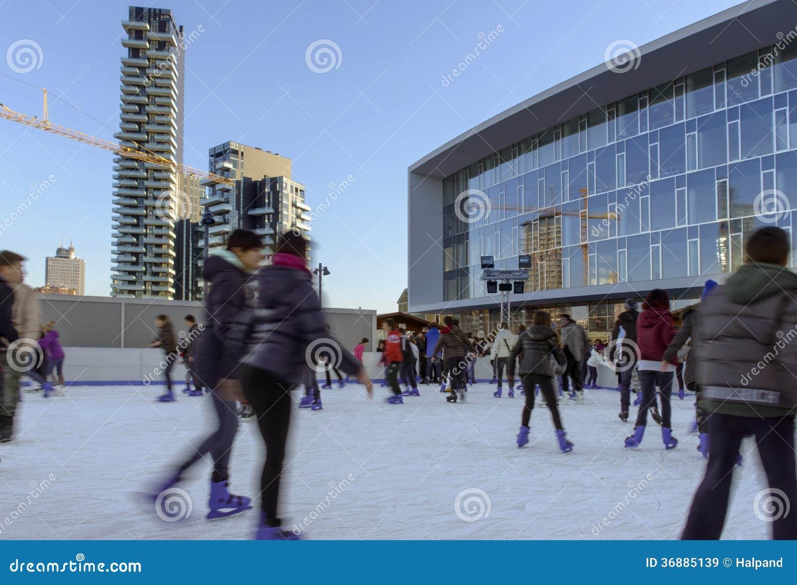 Download Pattinando Sul Ghiaccio Al Hub #3 Di Affari, Milano Immagine Stock Editoriale - Immagine di inverno, pattinare: 36885139