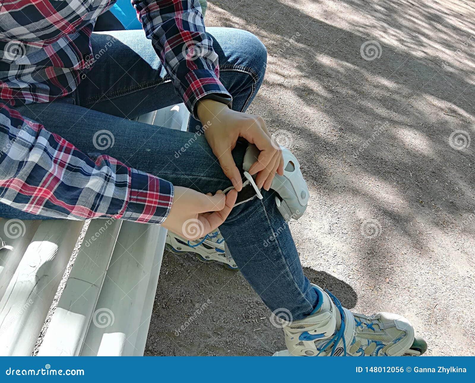 Pattinatore del rullo della ragazza con l attrezzatura di sicurezza - cuscinetti di gomito e del ginocchio