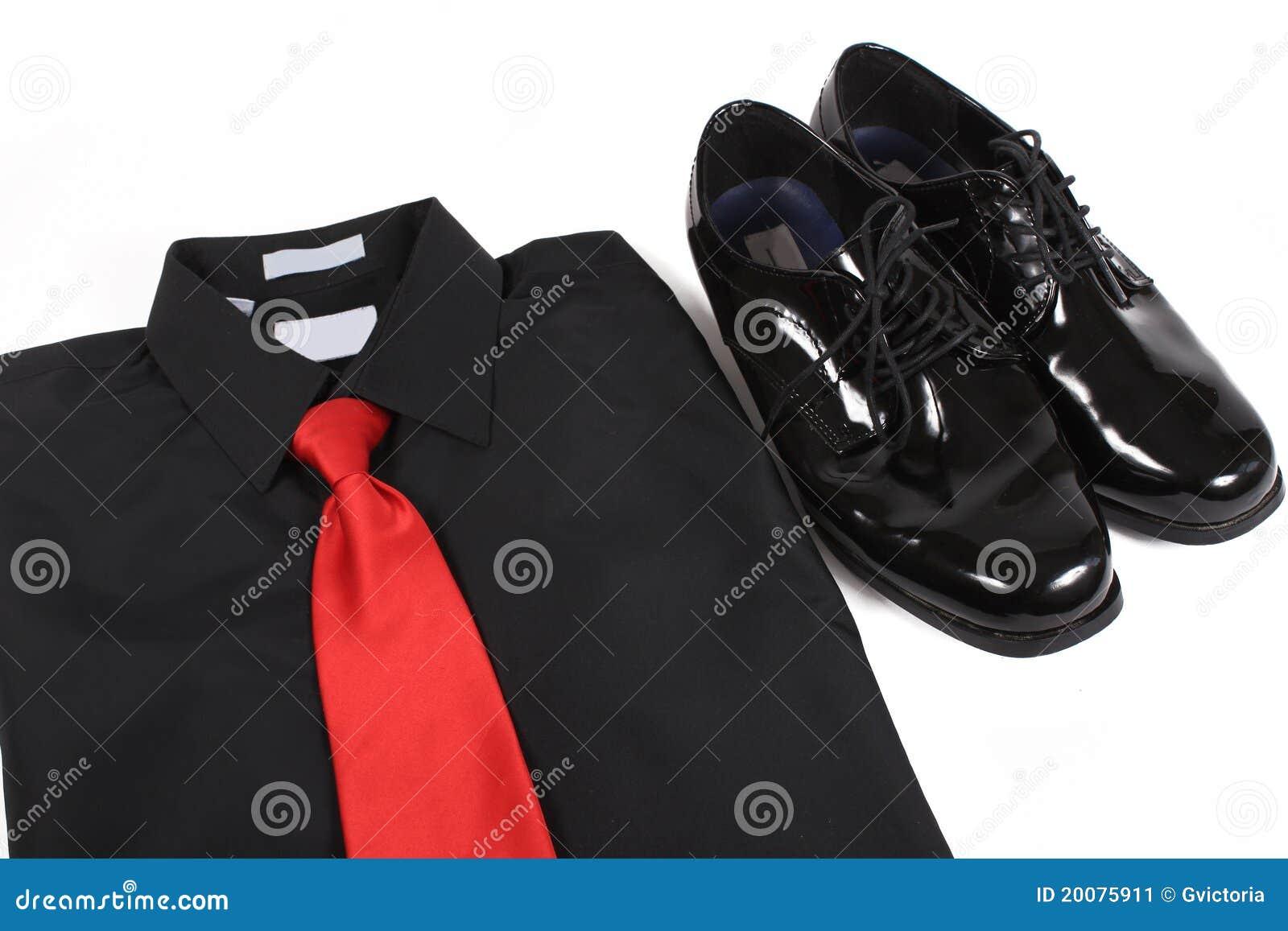 Pattini dressy, camicia e legame degli uomini lucidi