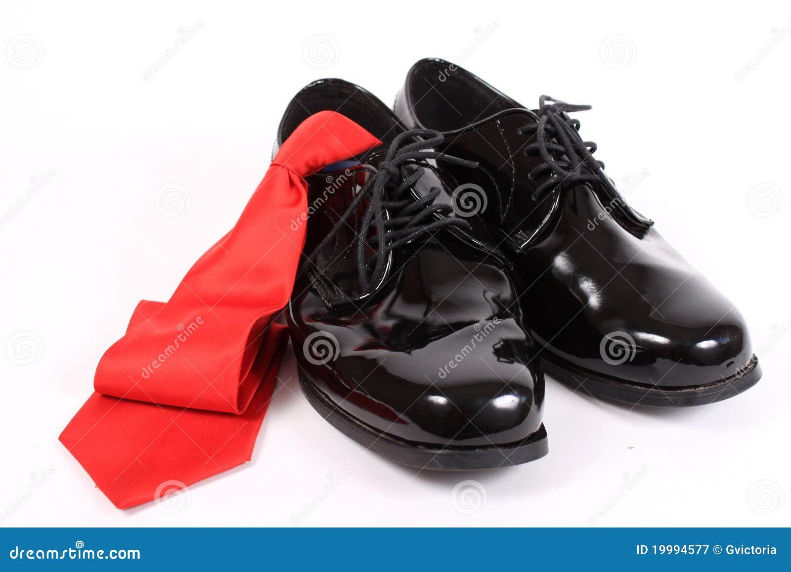 Pattini dressy e legame rosso degli uomini lucidi
