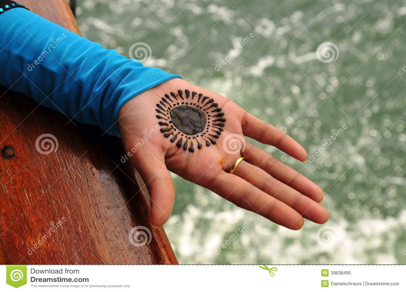 paume de henna tattoo en main image stock image du main normal 39638495. Black Bedroom Furniture Sets. Home Design Ideas