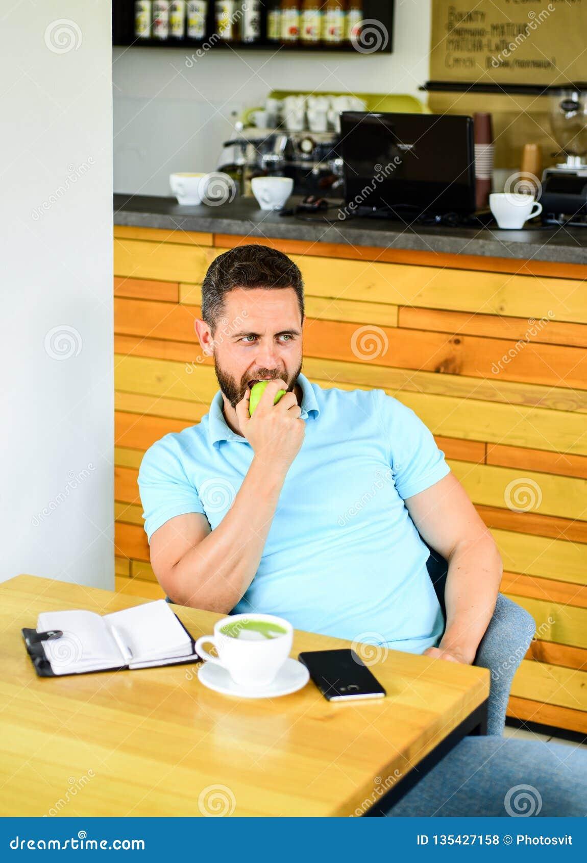 Pause-café à détendre Nutrition saine de vitamine de soin d homme pendant le jour ouvrable Concept physique et mental de bien-êtr
