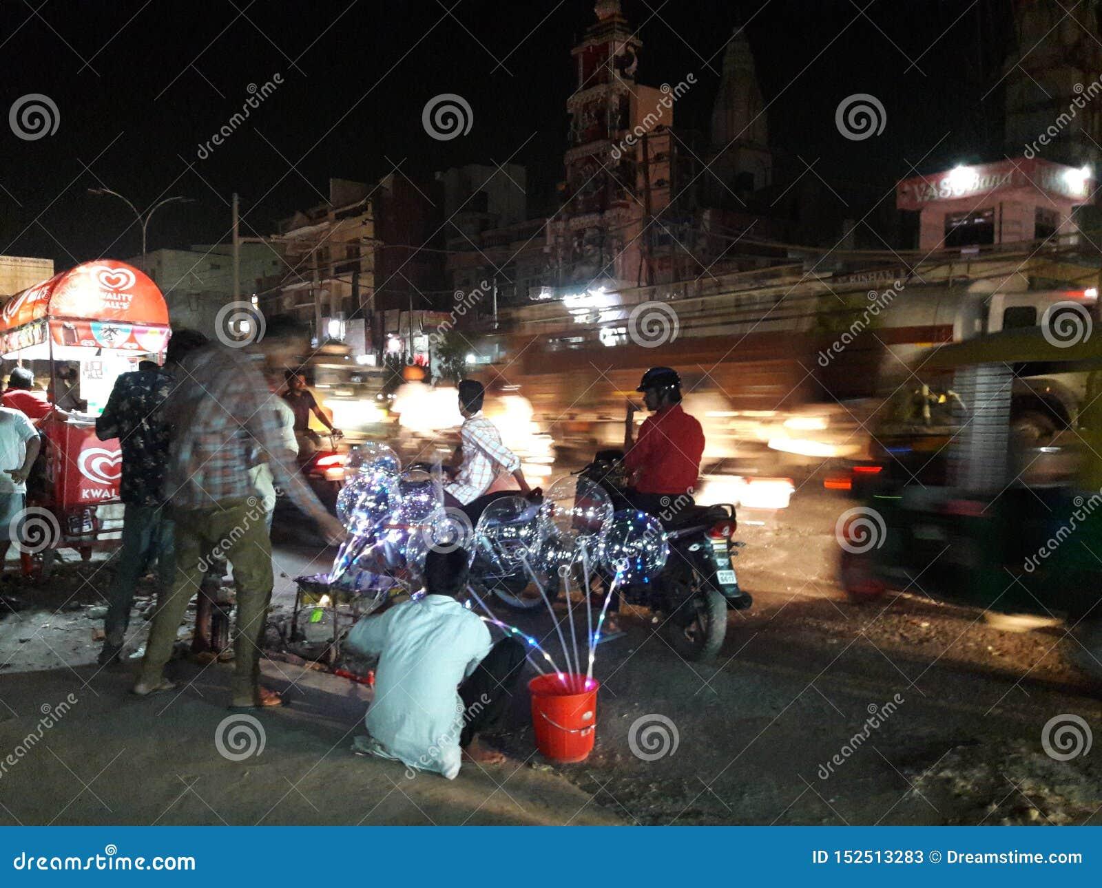 Pauvres personnes du marché indien de sentier piéton