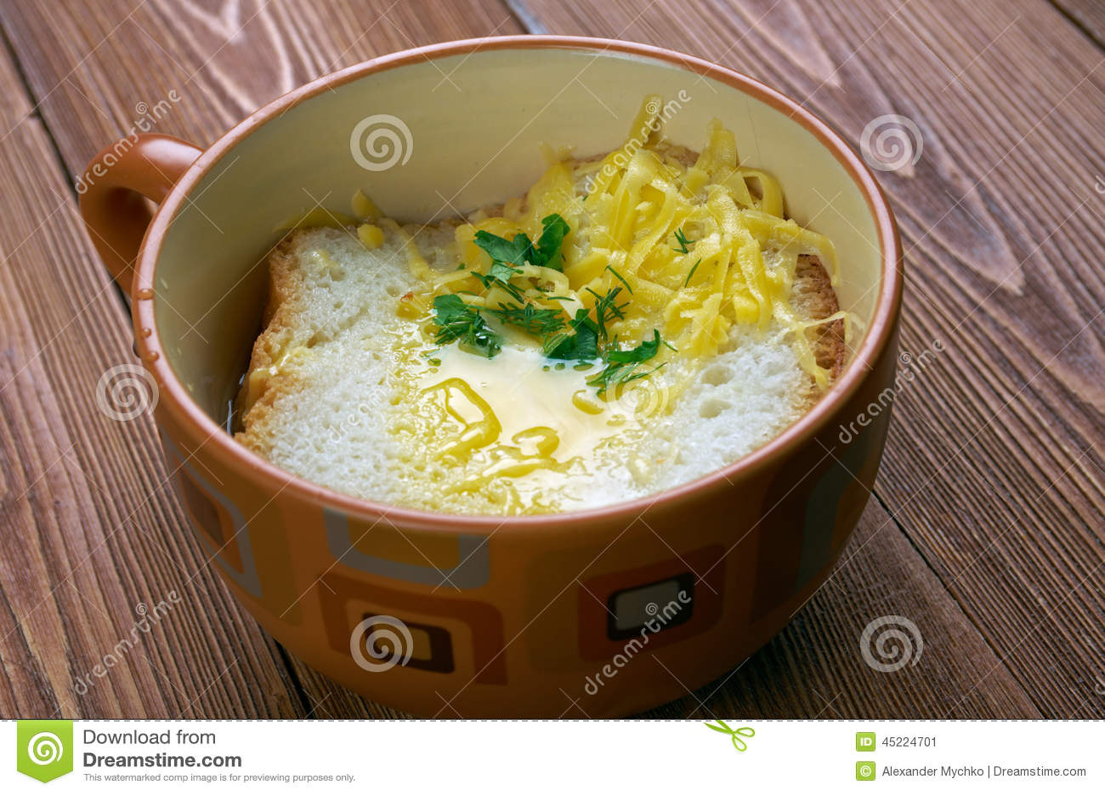 pavese的zuppa -帕尔瓦汤,包括汤的意大利汤油煎面包片和荷包蛋.