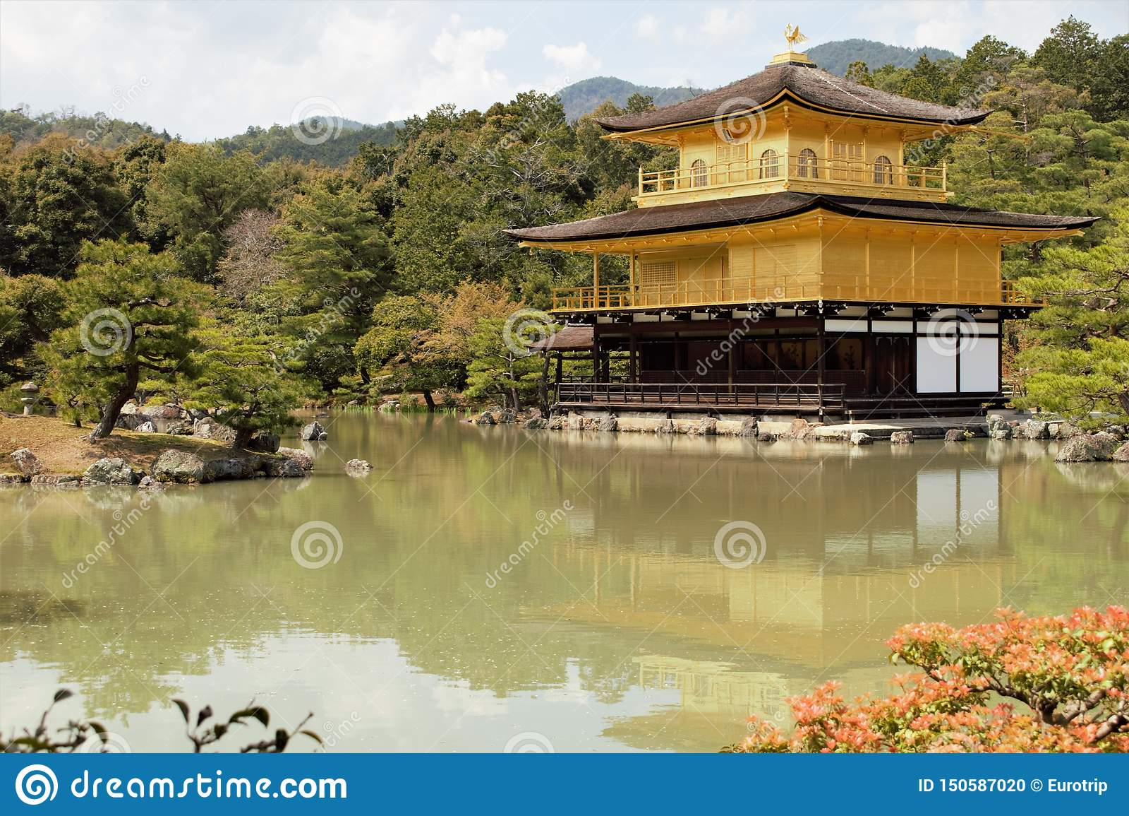 Pavilhão dourado Kinkaku do templo budista japonês Kinkaku-ji, Rokuon-ji, Kyoto, Japão