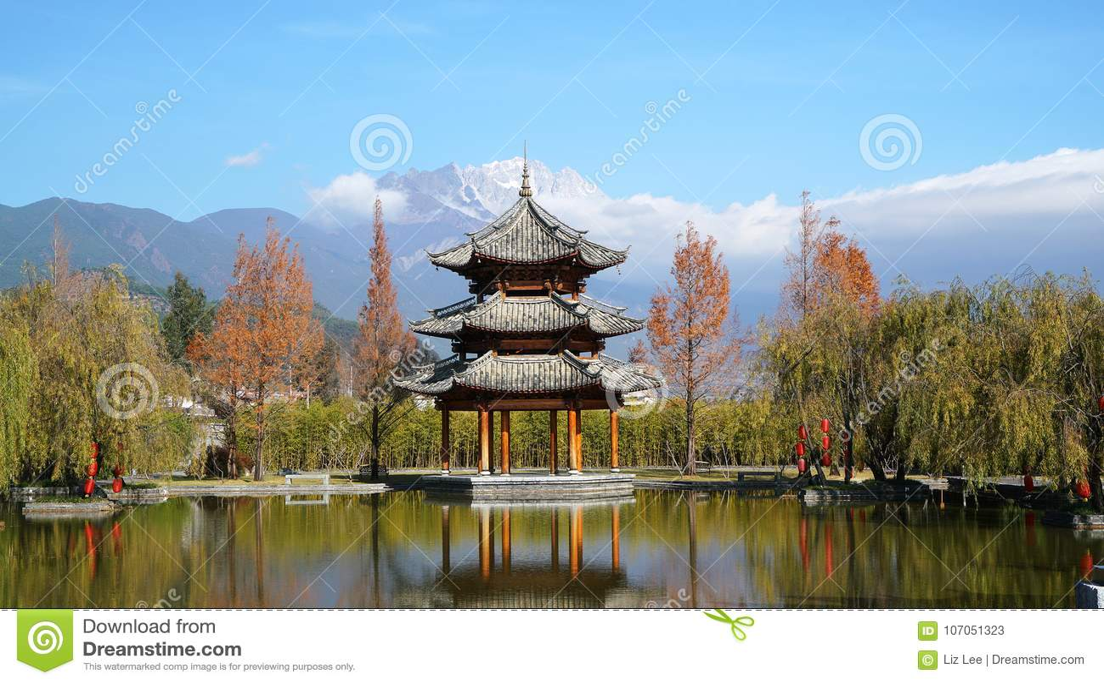 Pavilhão e Jade Dragon Snow Mountain