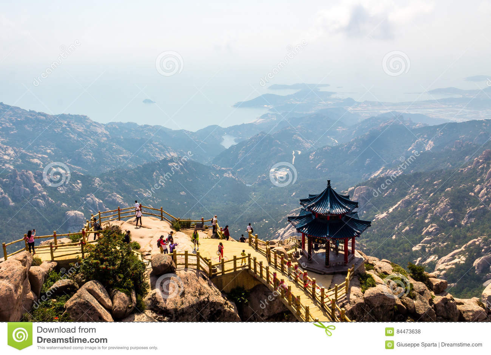 Pavilhão na parte superior da fuga de Jufeng, montanha de Laoshan, Qingdao, China