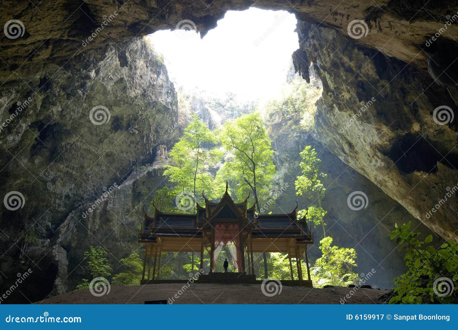 Pavilhão tailandês do chiqueiro em uma caverna.