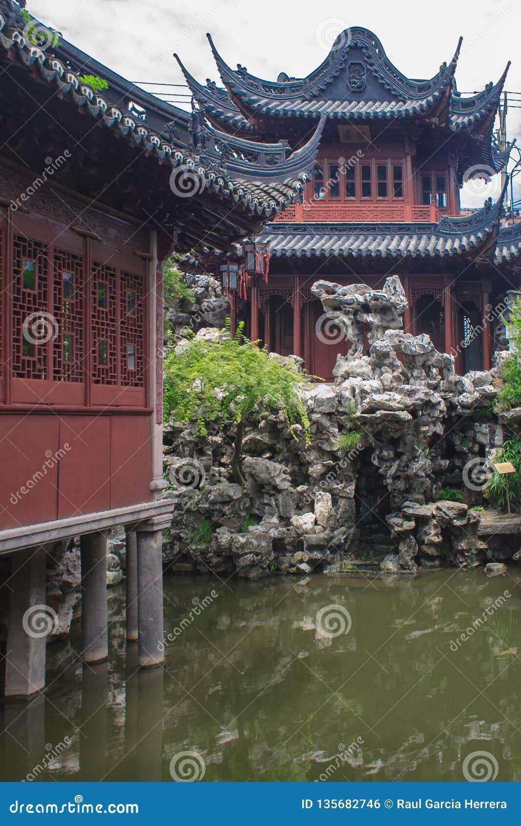Pavilhões tradicionais no jardim do jardim de Yuyuan da felicidade Shanghai, China