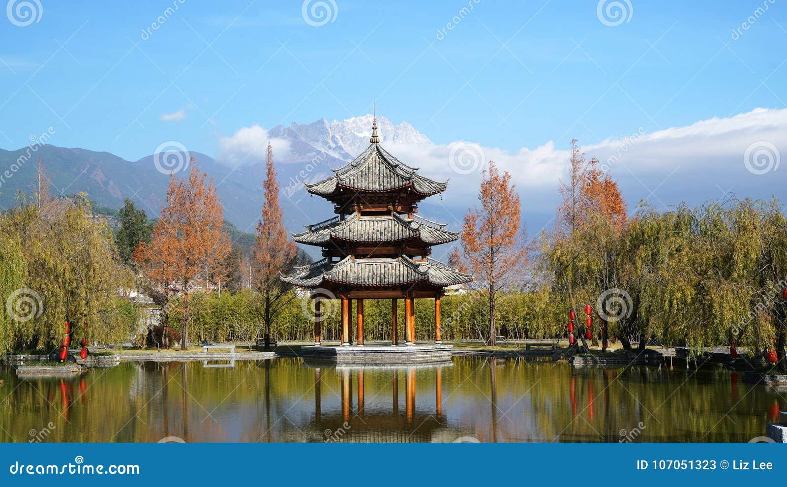 Paviljong och Jade Dragon Snow Mountain