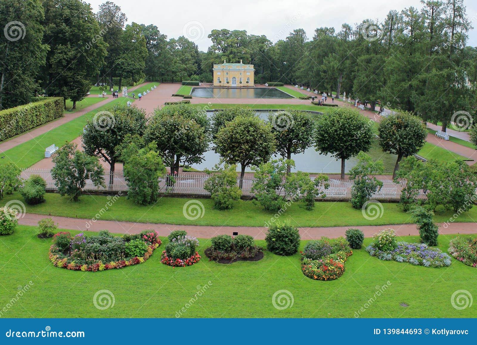 Paviljongers övrebad 'och 'lägre bad 'av Catherine Park i staden av Pushkin