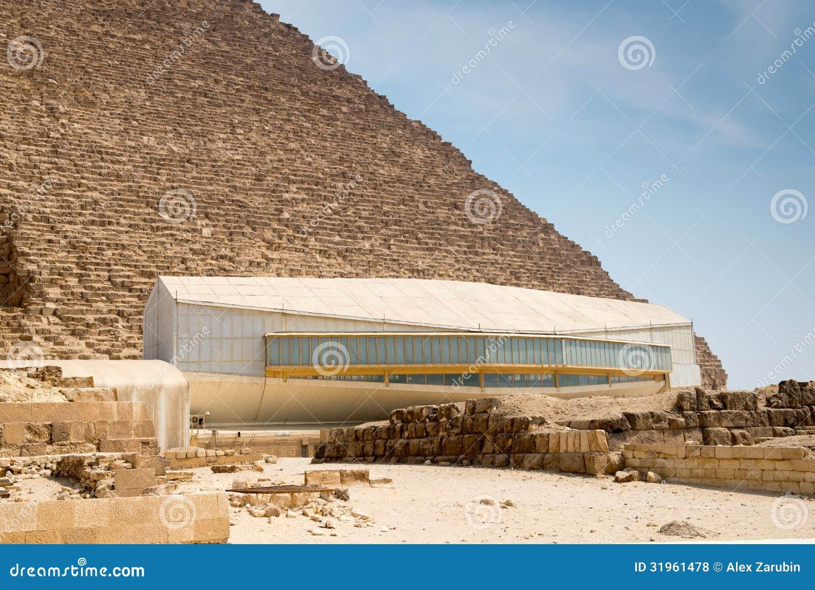 Pavillion με το σκάφος Khufu