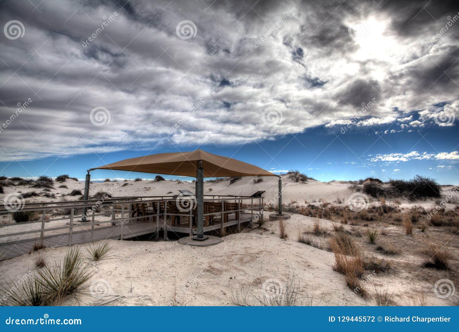Pavillion пикника на белом национальном монументе Неш-Мексико песков