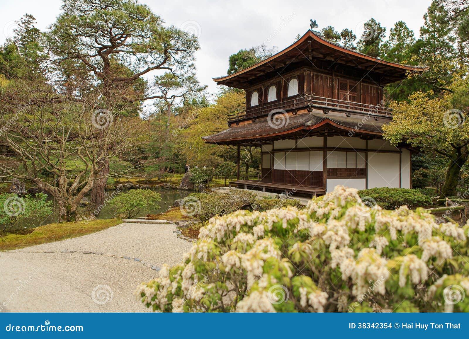 Pavillion argent dans le jardin japonais de zen kyoto - Modele jardin japonais ...