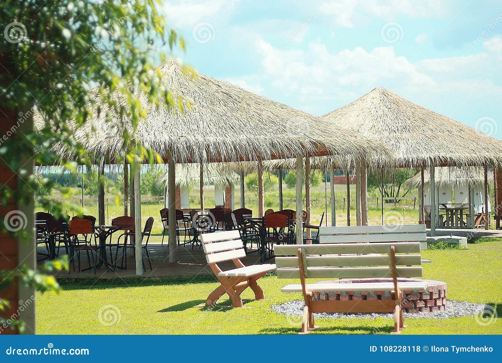 Pavillon avec les meubles extérieurs sur l herbe