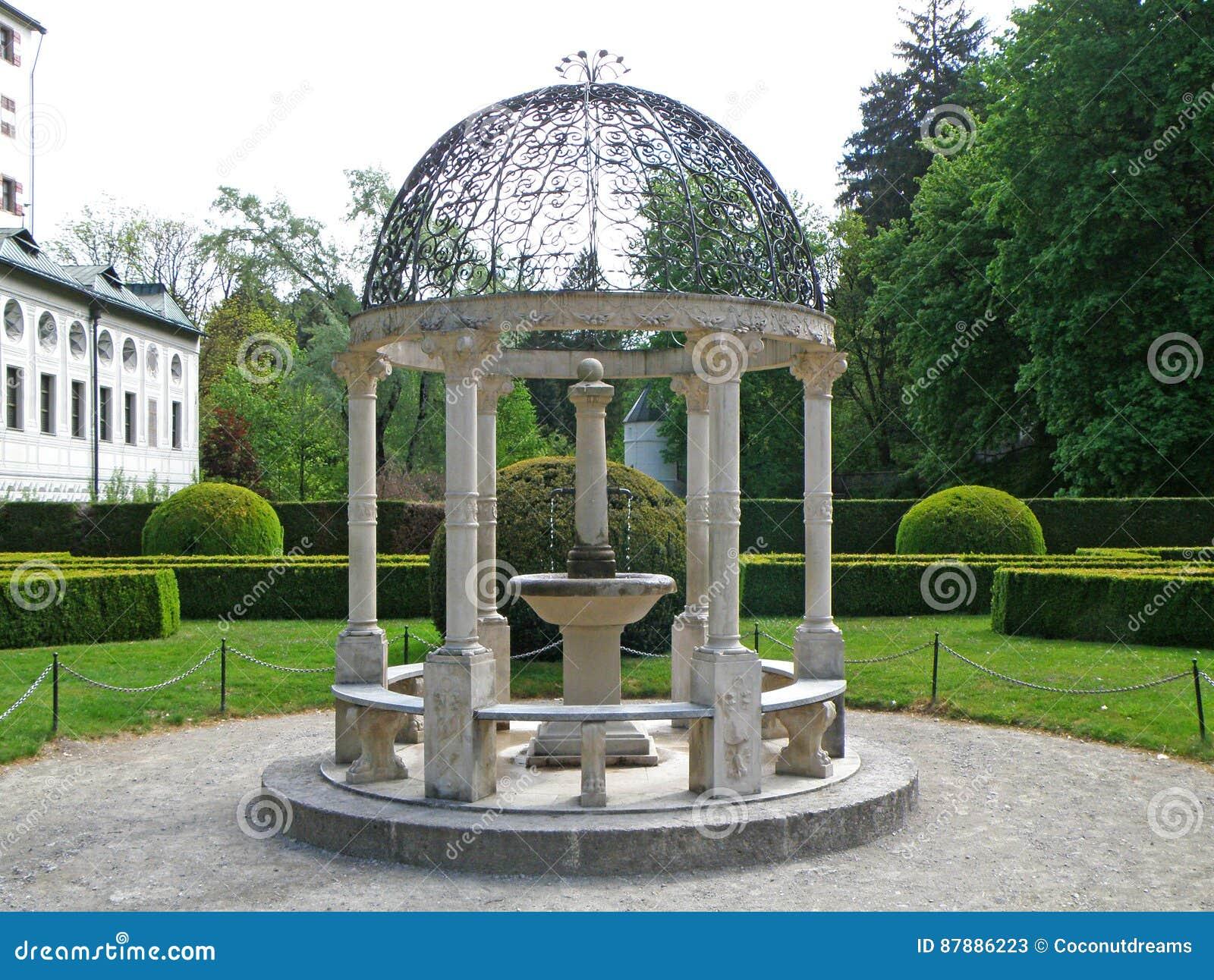 pavillon blanc magnifique avec la mini fontaine du jardin anglais