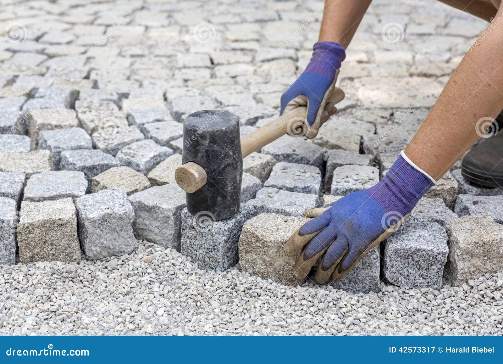 Pavimentar trabalha com pedras do granito