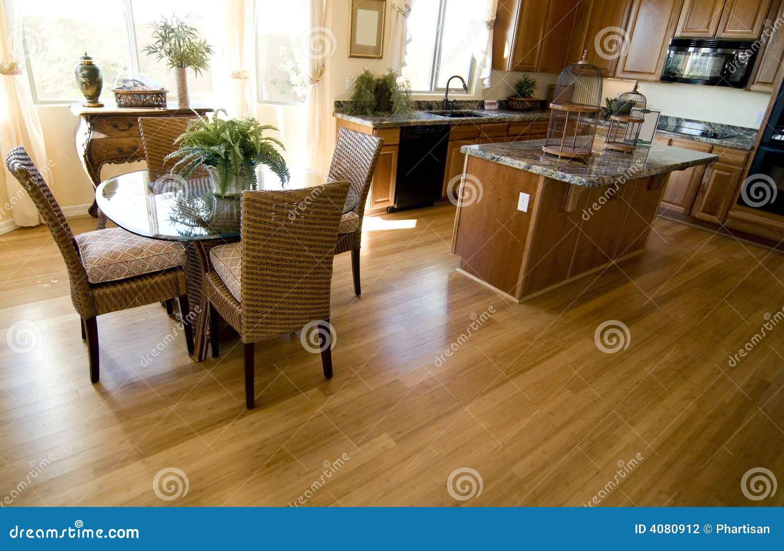 Pavimentazione del legno duro nella casa aperta di for Programma x arredare casa