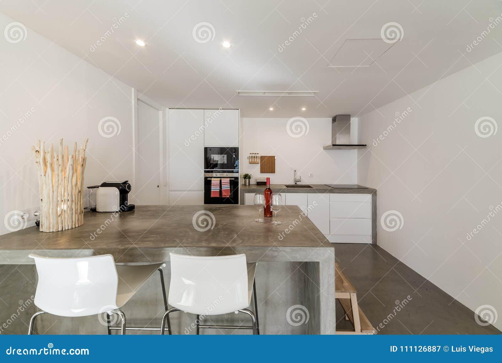 Pavimentazione in piastrelle grigia della cucina moderna e parete