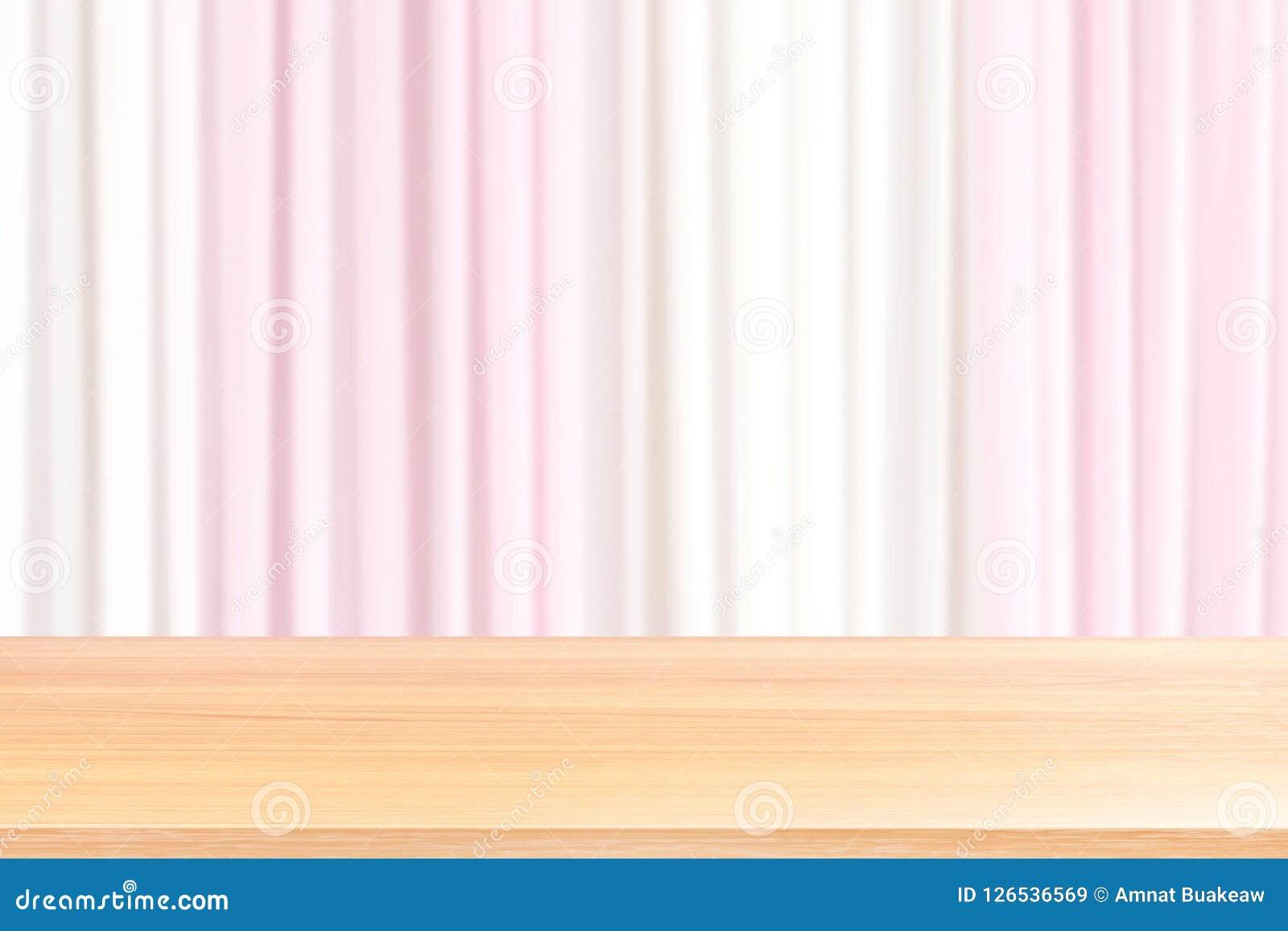 Pavimenti di legno vuoti della tavola sulla tenda rosa-chiaro e bianca vaga del contesto di nozze del tessuto, rosa anteriore vuo