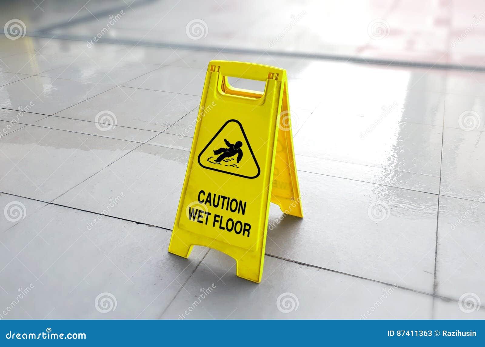 Pavimento bagnato di avvertenza immagine stock immagine di