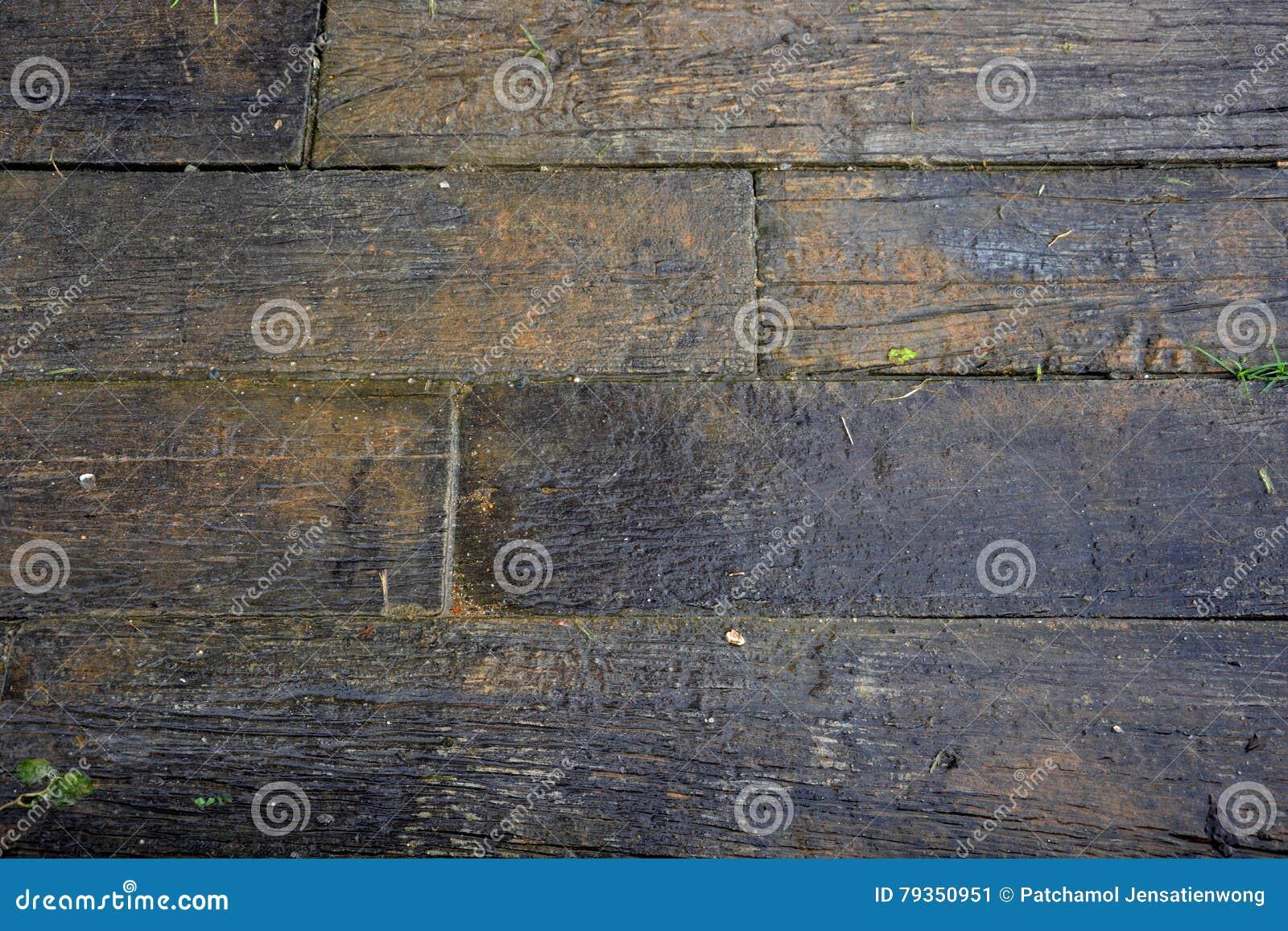 Pavimento bagnato di legno nero