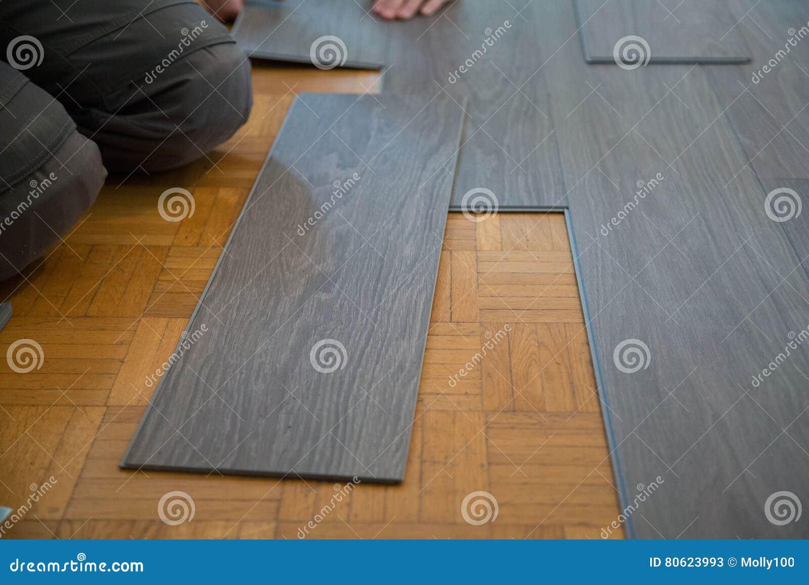 Pavimento del vinile di disposizione sul pavimento di for Pavimento vinile