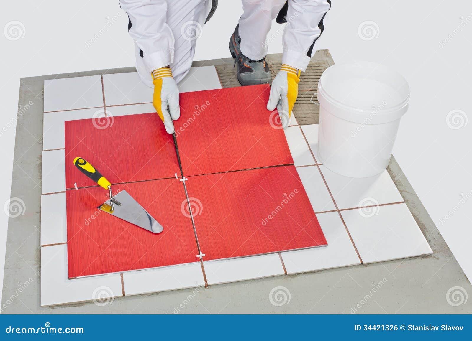 Pavimento Incollato Sul Vecchio pavimento della piastrella di ceramica incollato muratore